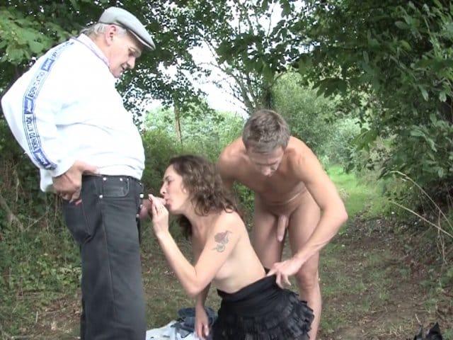 Enculée dans les bois, elle doit sucer un vieux