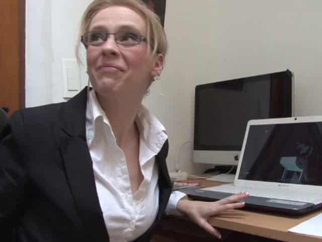 Blonde à lunettes enculée pour la première fois