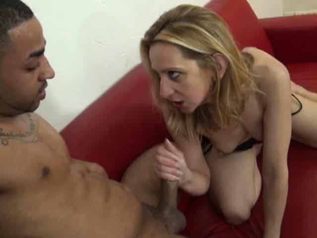 Femme blonde mature enculée par un black