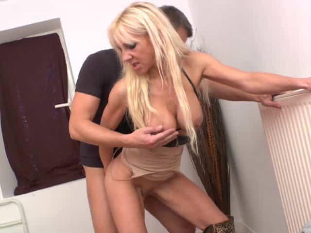 Femme blonde mature profite d'une double pénétration pendant un trio sexe !