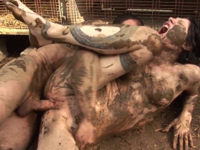 Sodomie douloureuse et violente dans la boue