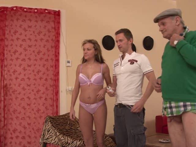 Actrice porno enculée et léchée par un père et un fils