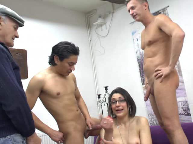 Casting porno anal avec sodomie douloureuse pour brune sexy à lunettes