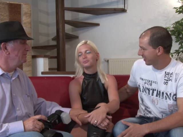 Blonde enculée par 2 mecs lors d'un casting X