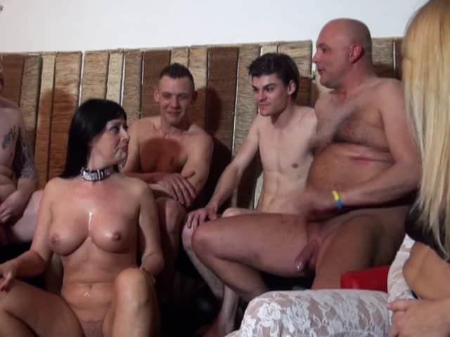 Une meuf et 4 gars pour une jolie brune à gros seins !